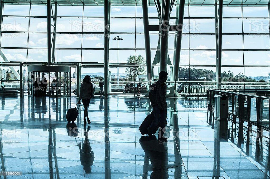 Pessoas caminhando no aeroporto - foto de acervo