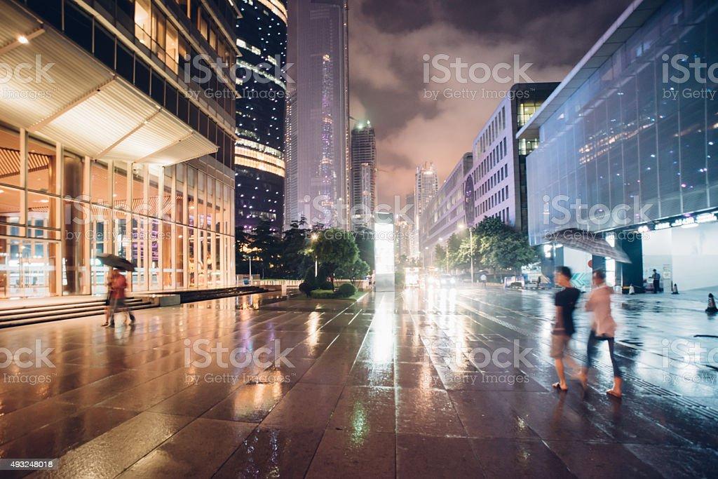 Menschen zu Fuß in die Stadt Nacht, bei Regen - Lizenzfrei 2015 Stock-Foto