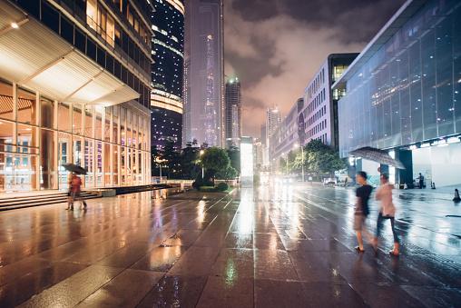 Menschen Zu Fuß In Die Stadt Nacht Bei Regen Stockfoto und mehr Bilder von 2015