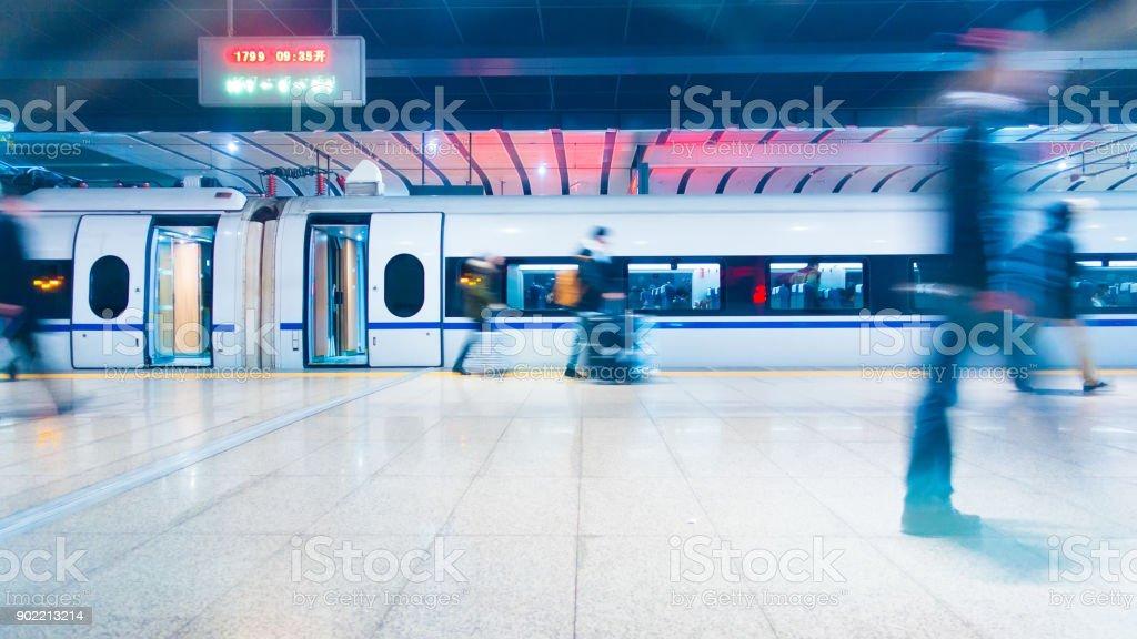 Menschen zu Fuß, Bahnhof – Foto
