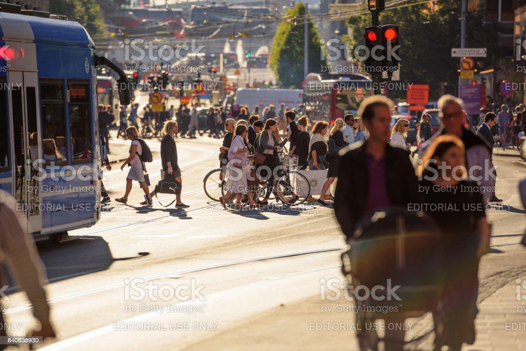 Menschen zu Fuß, auf belebten Straße – Foto