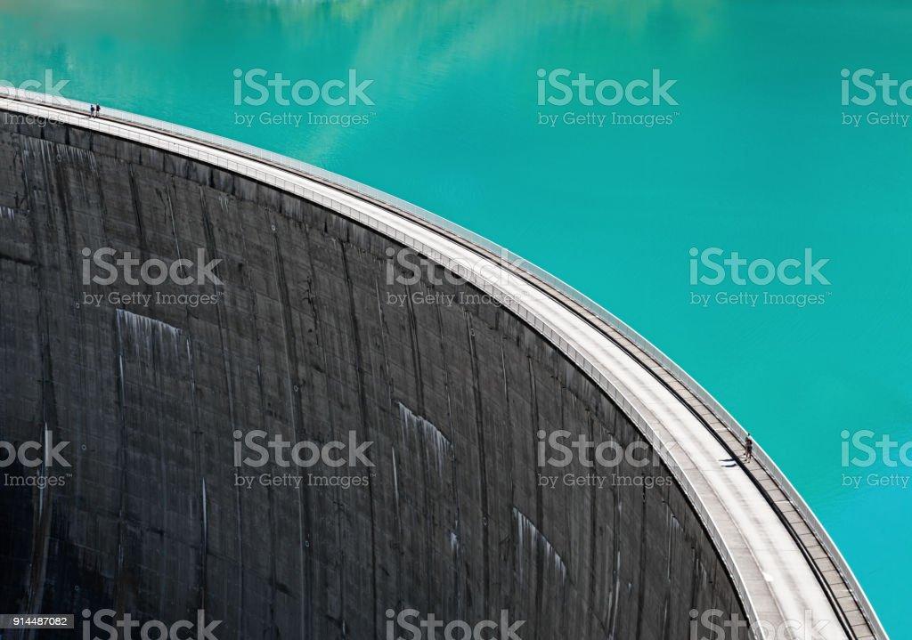 Pessoas caminhando na borda do Stausee Mooserboden Dam, Kaprun, Áustria - foto de acervo