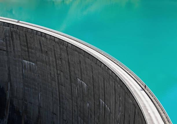 stausee mooserboden 댐, 카프룬, 오스트리아의 가장자리에 걷는 사람들 - 댐 뉴스 사진 이미지