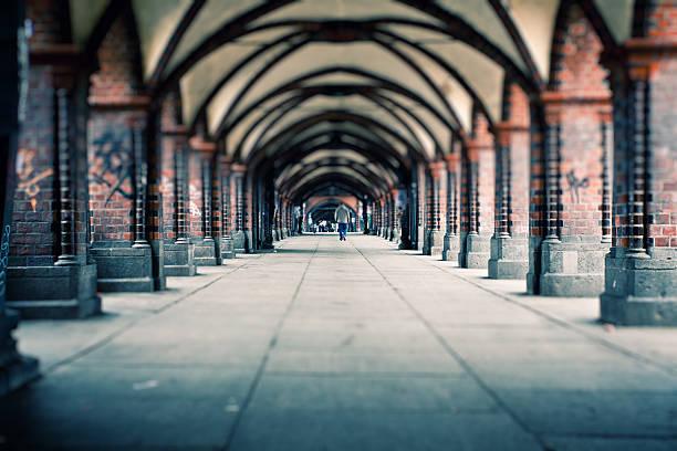 menschen gehen auf oberbaum-brücke in berlin, deutschland - oberbaumbrücke stock-fotos und bilder