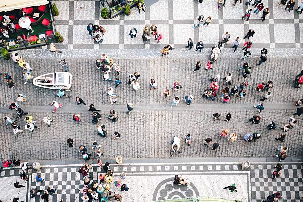 人々徒歩でのプラハ旧市街広場 ストックフォト