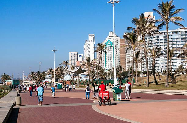 Menschen gehen auf die Promenade in Durban 4 – Foto