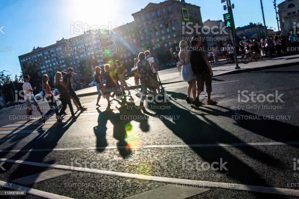 Personnes marchant sur la rue - Photo