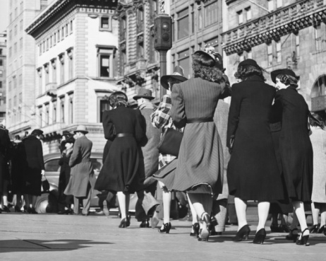 人々徒歩でのストリート背面ビューb W - 1930~1939年のストックフォトや画像を多数ご用意