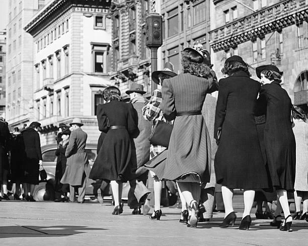 人々徒歩でのストリート(背面ビュー)、(b &w - 1930~1939年 ストックフォトと画像