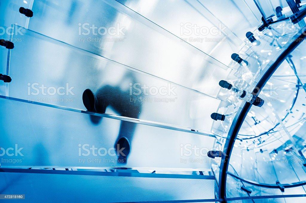 Menschen gehen auf transparentem Glas-Treppe – Foto