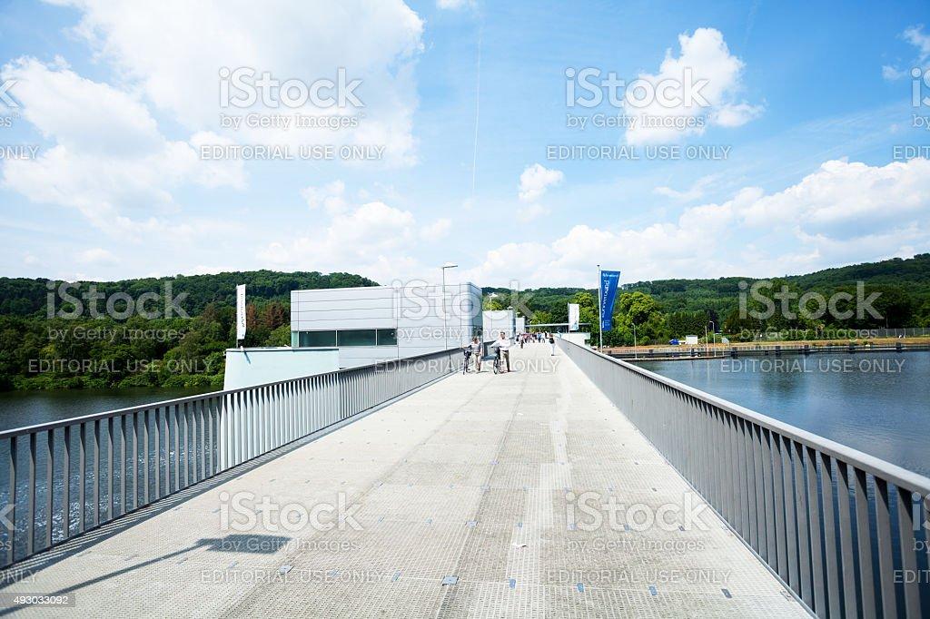Menschen gehen über den Damm in Baldeneysee – Foto