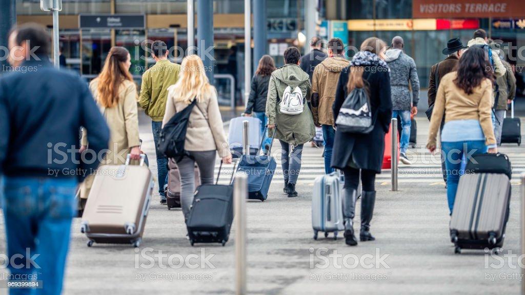 Menschen zu Fuß in Richtung Flughafen – Foto