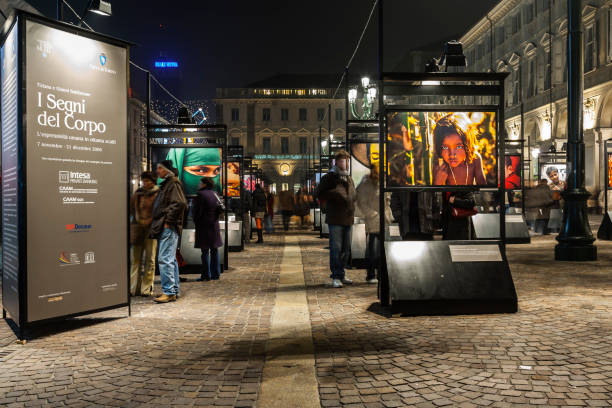 People watching an outdoor photography exhibition (Turin, Italy) - foto stock