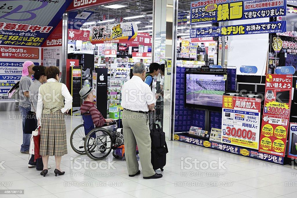7ee9cb9a70422 Pessoas assistindo beisebol na TV na loja de eletrônicos foto royalty-free