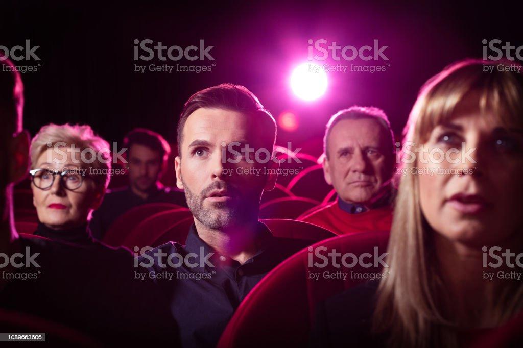 Menschen beobachten Krimi im Kino – Foto