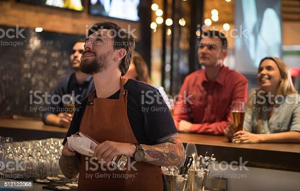 People watching sports at the bar picture id512122068?b=1&k=6&m=512122068&s=612x612&h=xu plhlotdtae4isexp26efdxmxvjocoxty5tui2eyq=