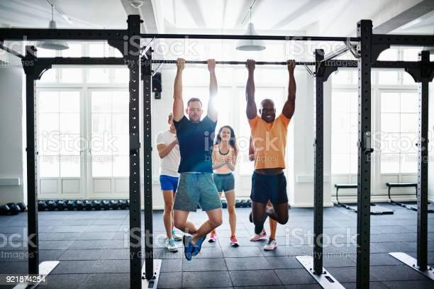 Menschen Beobachten Zwei Männer Tun Chin Ups In Einem Fitnessstudio Stockfoto und mehr Bilder von Aktiver Lebensstil