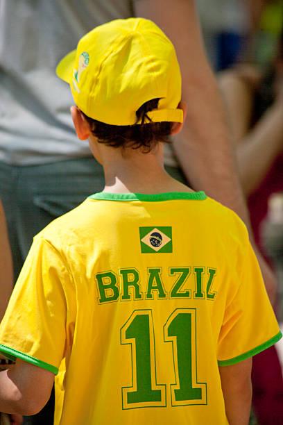 "people watching xii brazilian festival ""bom dia brasil"" - jubeln mutter shirts stock-fotos und bilder"
