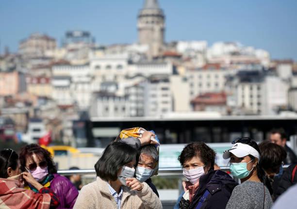 Personnes utilisant des masques de visage sur la rue - Photo