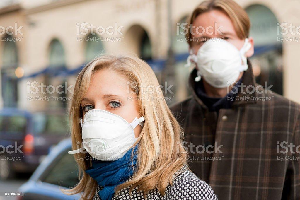 Máscaras de protección de personas que llevan a la gripe foto de stock libre de derechos