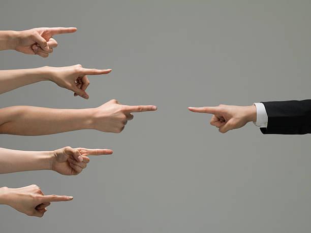 Personas que punto en un hombre de negocios - foto de stock