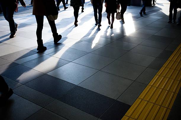 人々が散歩新宿駅 - 通勤 ストックフォトと画像