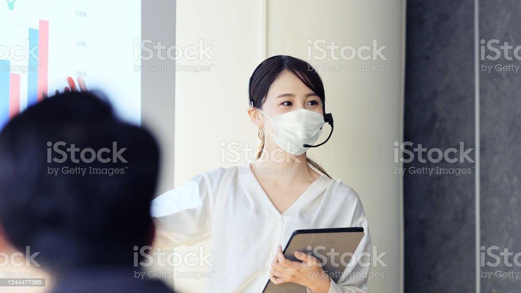 外科用マスクを扱う人。 - COVID-19のロイヤリティフリーストックフォト