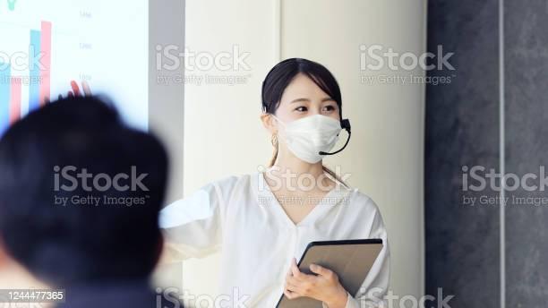 外科用マスクを扱う人 - COVID-19のストックフォトや画像を多数ご用意