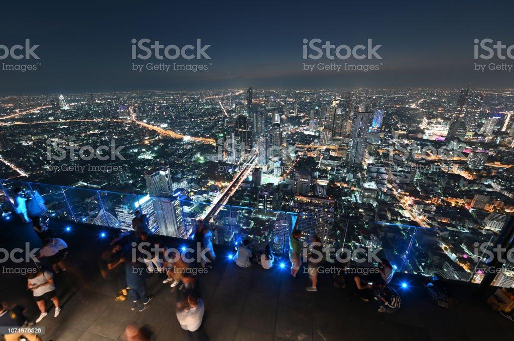 Personnes avec vues panoramiques à 360 degrés nuit au 78e étage à King Power Mahanakhon bâtiment - Photo