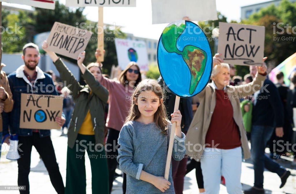 Personer med plakat och affischer om global strejk för klimatförändringar. - Royaltyfri Affisch Bildbanksbilder