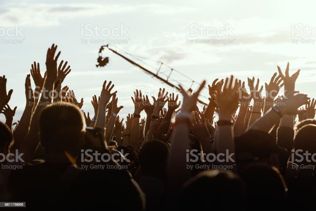 Menschen mit erhöhter Hände – Foto