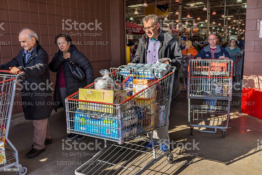 People with shopping carts fill - foto de acervo
