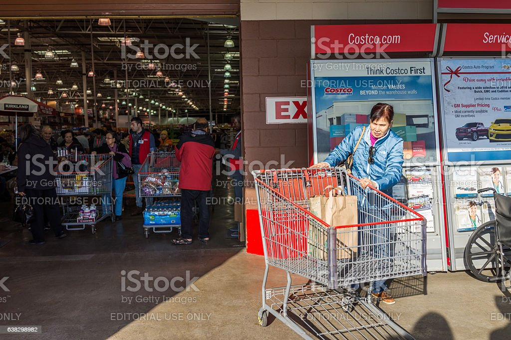 People with shopping carts filled with groceries - foto de acervo