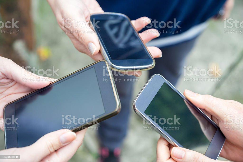 Menschen mit social-media-sucht. – Foto