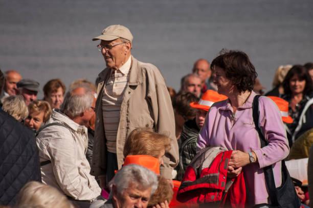 menschen mit den hafen von stralsund während merkel's besuchen - merkel cdu stock-fotos und bilder