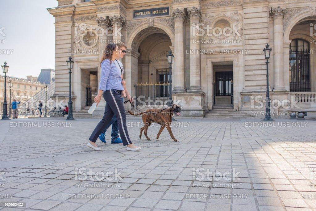 Beroemde Mensen In Parijs.Mensen Met Hun Hond In De Plaza In Het Louvre Museum In Parijs
