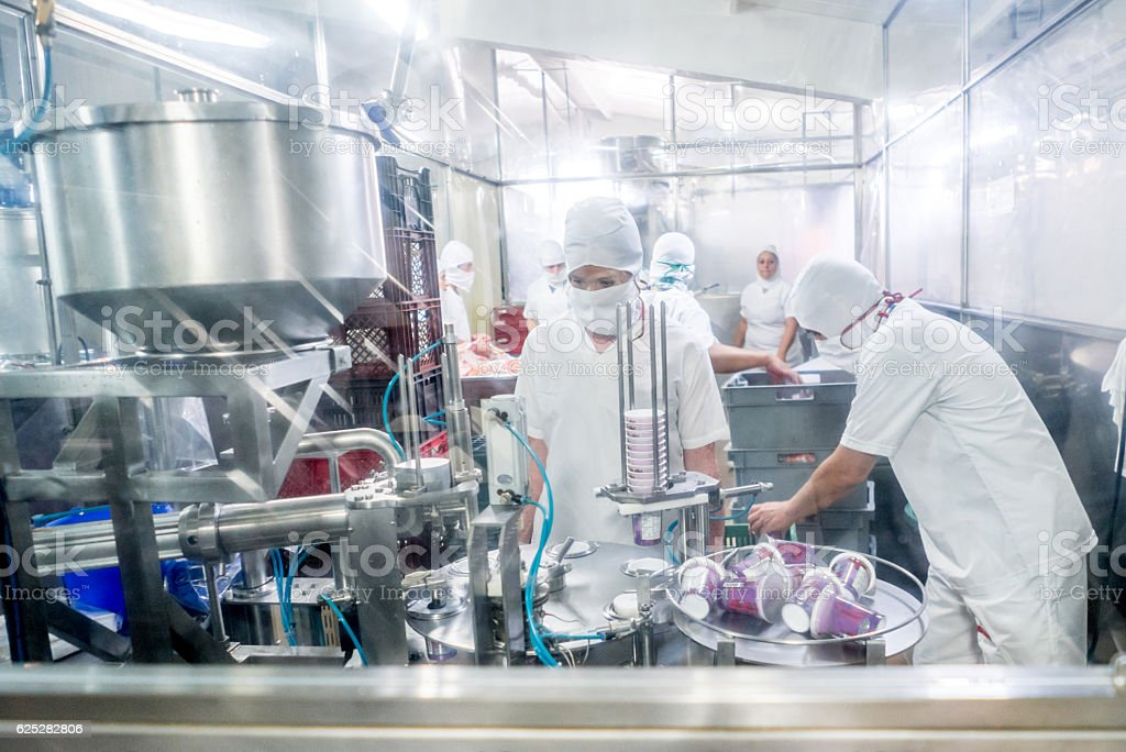 Pessoas trabalhando em uma fábrica de comida  - foto de acervo