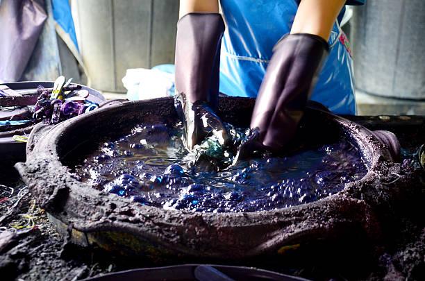 ludzie pracujący batik barwnik mauhom kolor - barwnik zdjęcia i obrazy z banku zdjęć
