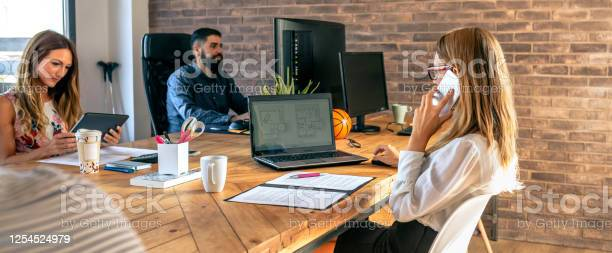 People working in a coworking office picture id1254524979?b=1&k=6&m=1254524979&s=612x612&h=zf4n9lf0nwrxax7sx9b2srdjq0zh2xn 4zpdwp5tvd0=