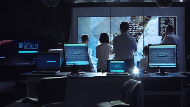 menschen, die arbeiten im mission control center - leiterdisplay stock-fotos und bilder