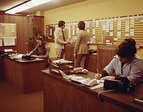 Pessoas Trabalhando em Escritório - foto de acervo