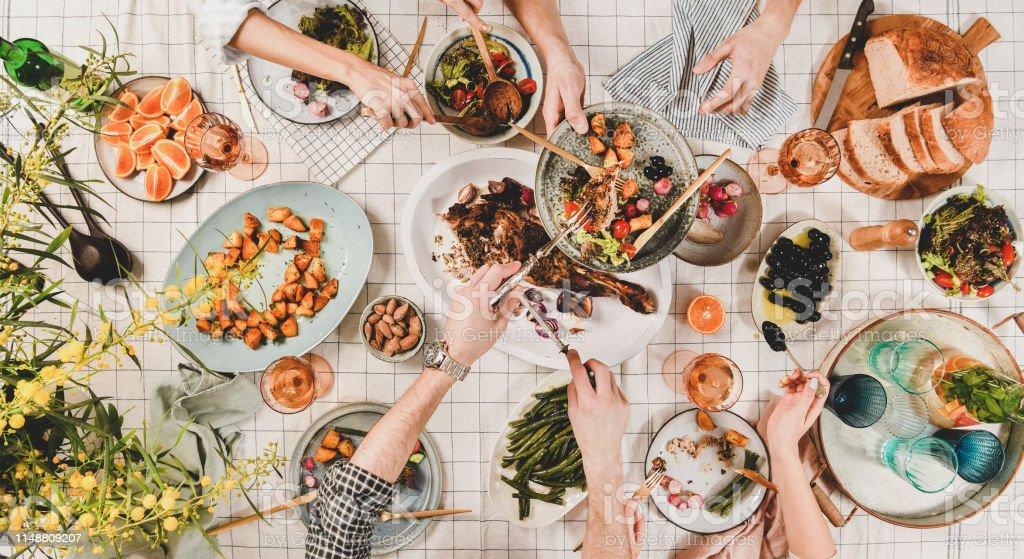 Die Hände der Völker mit verschiedenen Snacks und blühender Mimose, oben - Lizenzfrei Alkoholisches Getränk Stock-Foto
