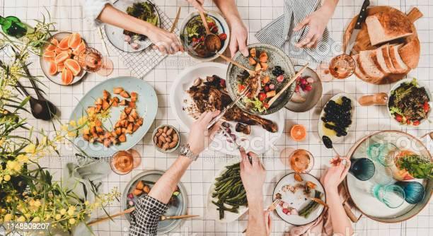 Die Hände Der Völker Mit Verschiedenen Snacks Und Blühender Mimose Oben Stockfoto und mehr Bilder von Alkoholisches Getränk