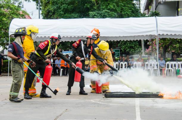 Preparação dos povos para a broca de fogo - foto de acervo