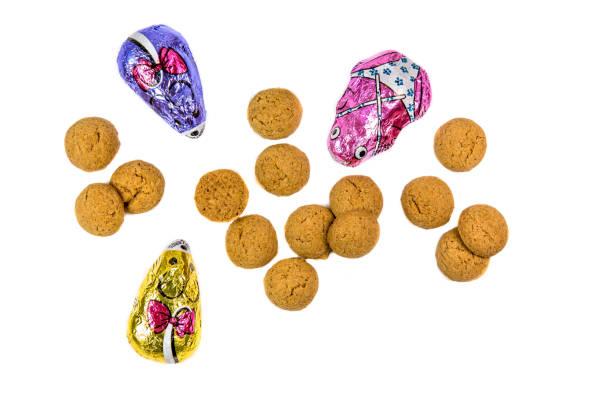 pepernoten koekjes en chocolade muizen - kruidnoten stockfoto's en -beelden
