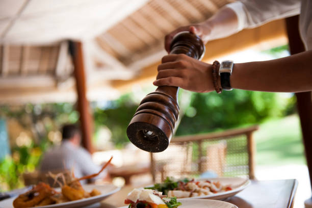 Pfeffermühle und Teller mit Essen – Foto
