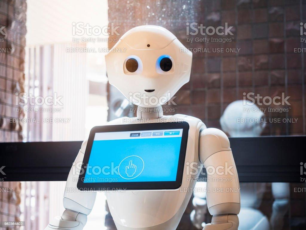 Tokio, Japón - 11 de abril de 2018: pimienta Robot Asistente con pantalla de información de tecnología de Japón humanoide foto de stock libre de derechos