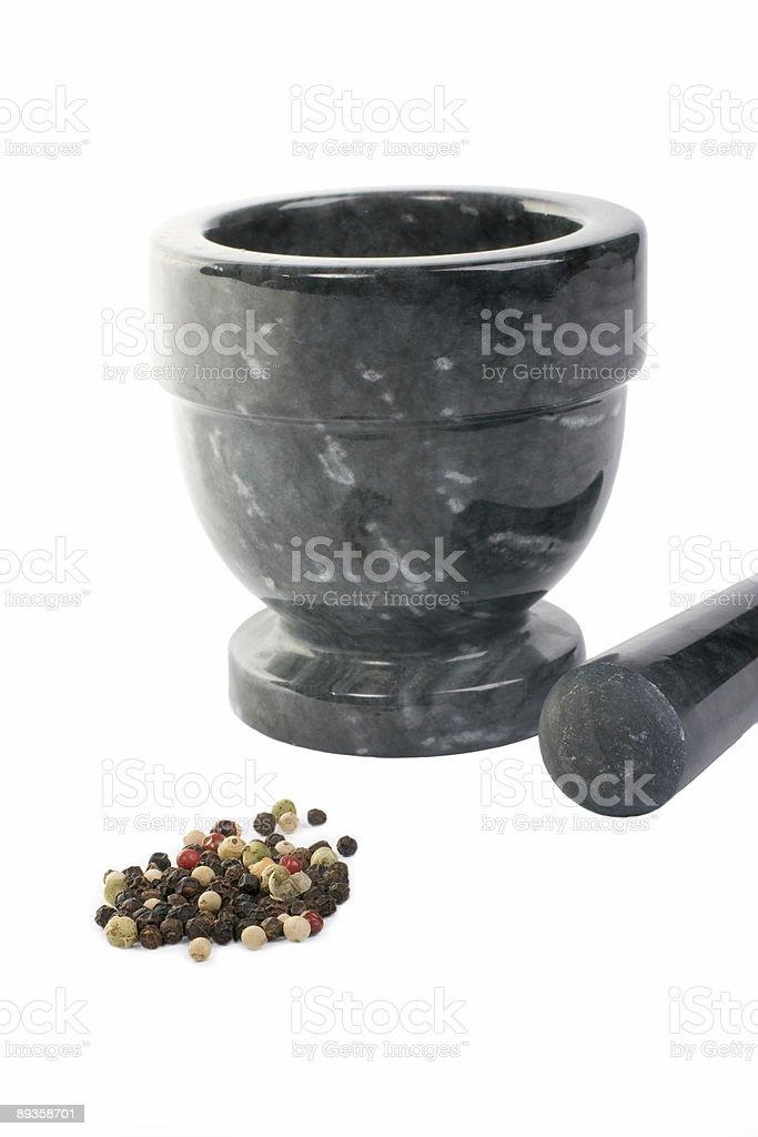 I grani di pepe pronto per essere schiacciato foto stock royalty-free