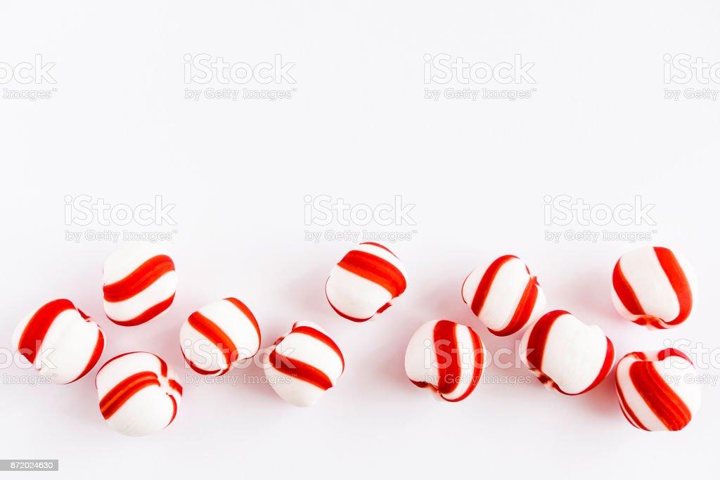 Pfefferminz-Bonbons auf weißem Hintergrund – Foto