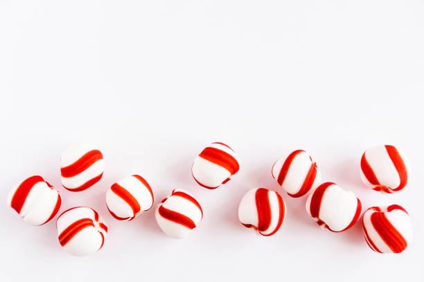 pfefferminz-bonbons auf weißem hintergrund - weihnachtsessen ideen stock-fotos und bilder